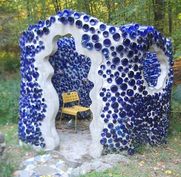 Стеклянные бутылки скрепляются цементным раствором.