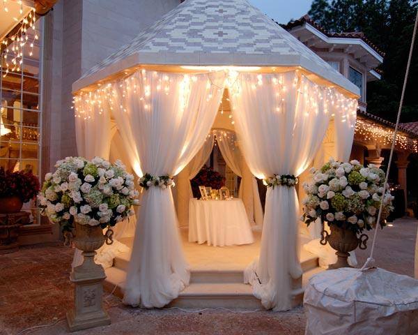 Свадебный вариант оформления беседки шторами из органзы.