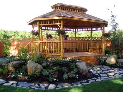 За счет своей простоты и натуральности сооружение как бы сливается с зеленым ландшафтом